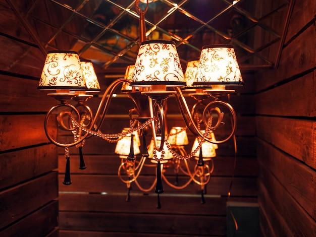 電球とヴィンテージのシャンデリア。