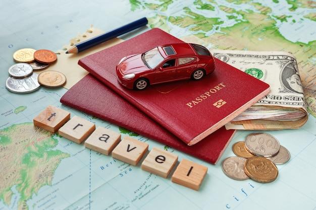 パスポート、お金、地図、メモ付きの旅行テキスト。旅行のコンセプト