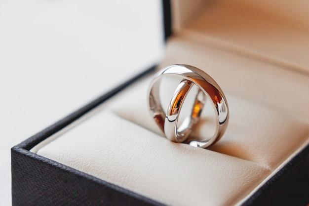 装飾的なギフトボックスに黄金の結婚指輪のペア