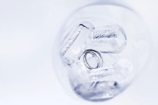 氷カブスのガラスにダイヤモンドとシルバーの結婚指輪