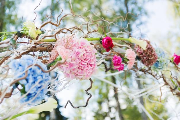 結婚式のための美しい花のアーチの詳細