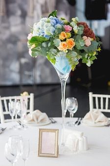 花の組成と結婚披露宴のテーブル