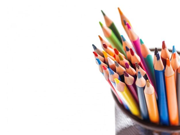 カラフルな水彩鉛筆の束。学用品。