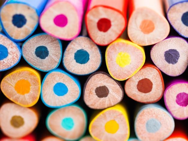 カラフルな水彩鉛筆の終わり。学用品の背景。