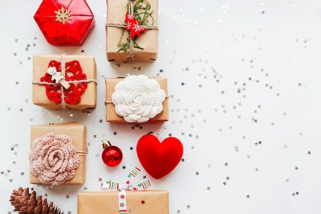 Рождество и новый год с подарками и украшениями.