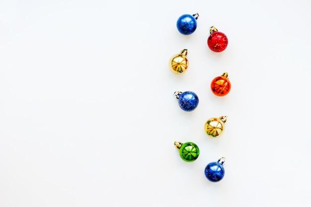 光沢のあるカラフルなボールとクリスマスと新年の背景。フレイレイアウト、トップビュー。テキストのための場所。