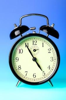 黒の昔ながらの目覚まし時計