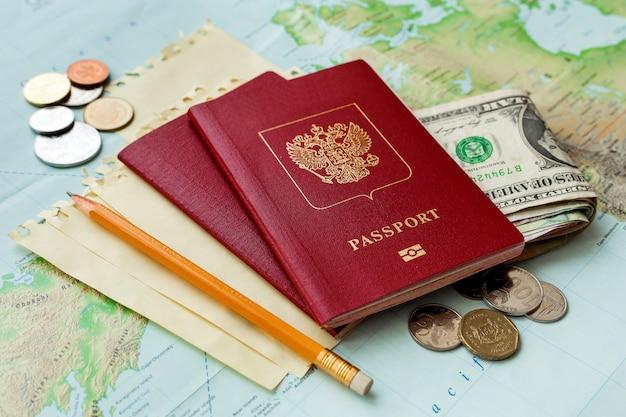 パスポート、お金、地図、メモ。