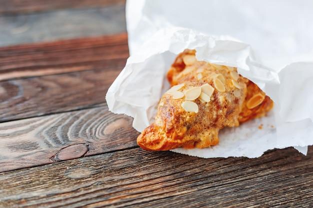 テーブルの上の白い紙袋でおいしいクロワッサン