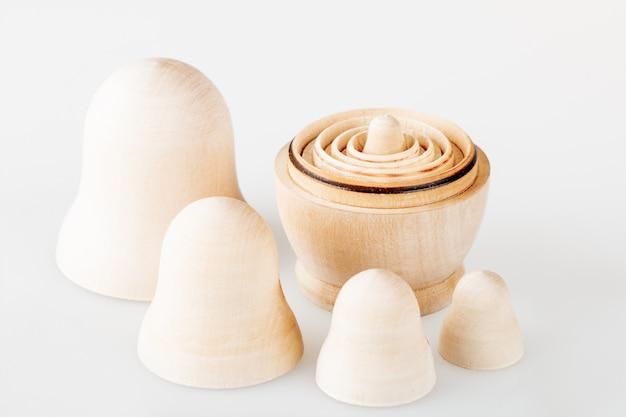 明確な木製の入れ子人形のセット