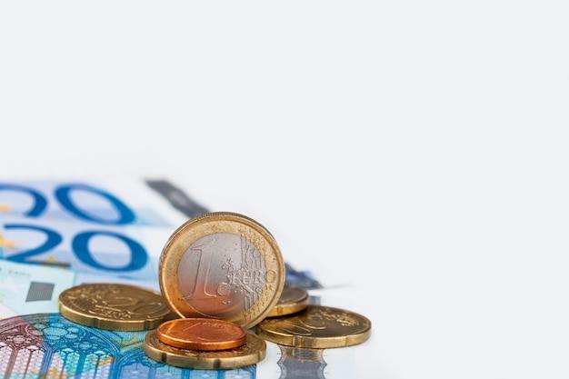 ユーロ硬貨と紙幣と紙とペンのシート