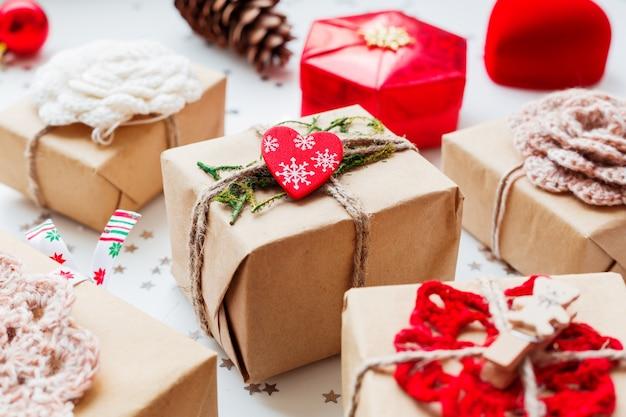 クリスマスと新年のプレゼントと装飾。