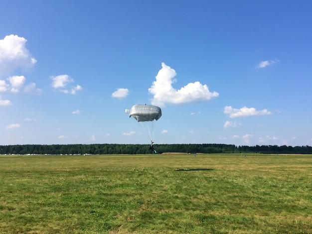 Экстремальный спорт - десантник приземляется на землю