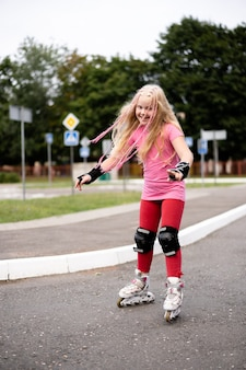 Активный образ жизни в современном городе - стильная девушка на роликах на стадионе