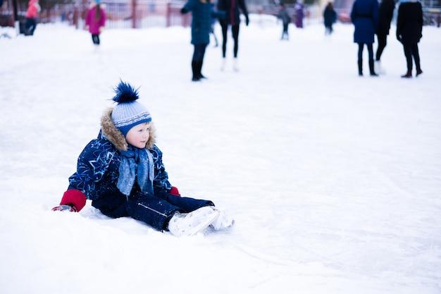 面白い瞬間 - かわいい男の子はアイススケートリンクに落ちました