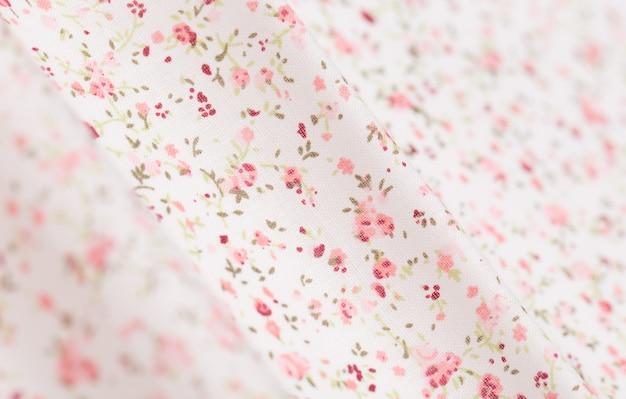 ピンクの花柄のホワイトコットン生地