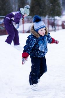 アクティブな冬の休日-アイススケート場でスケートかわいい男の子