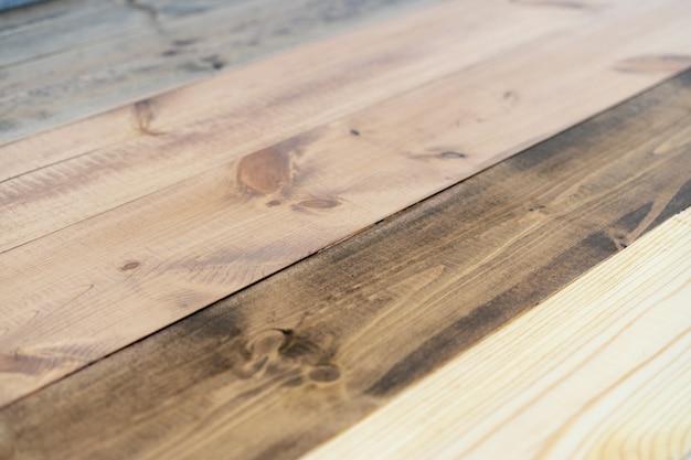 修理および装飾。木の床のための環境に優しいコーティングのサンプル-異なる色のオイルワックス