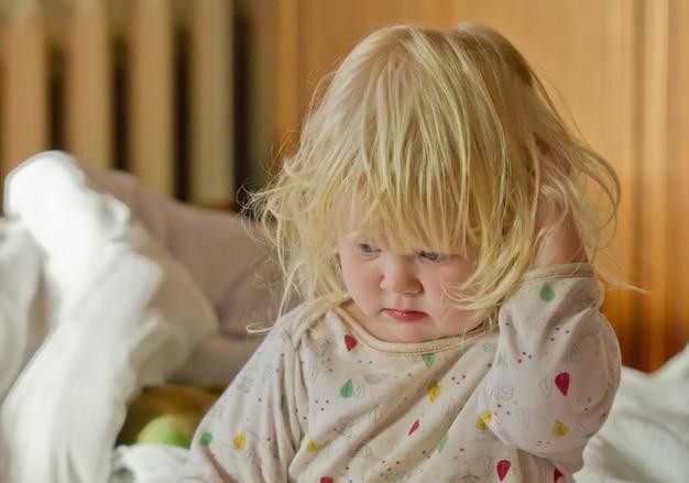 Милая сонная девушка в постели рано утром