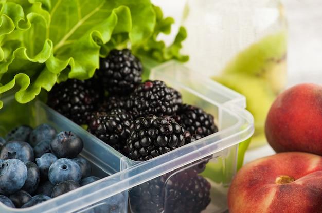 Ягоды в ланч-боксе и фрукты