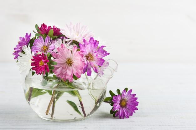 ピンクの紫の庭の花