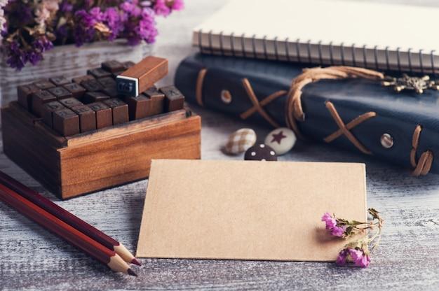 素朴な木製の背景にクラフト封筒。
