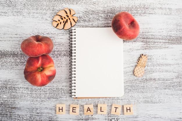 空のノートと果物
