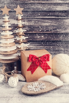 クラフトギフトボックス、赤い弓、木製のクリスマスツリー