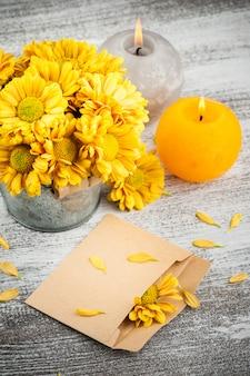 Пустой конверт и золотая хризантема