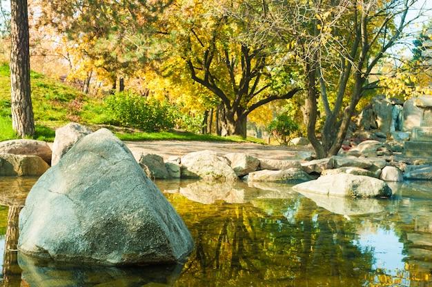 池のある和風の公園
