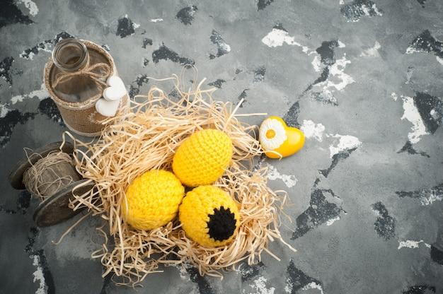 装飾的なニットの卵をイースター組成