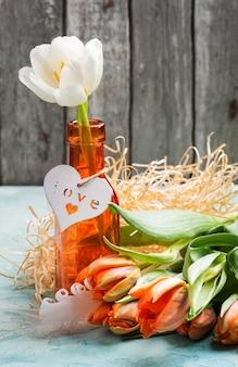 Оранжевые тюльпаны с деревянным сердцем
