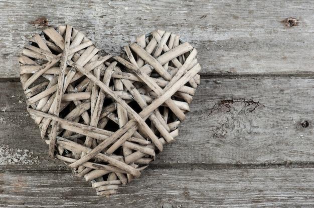 Фон с плетеным сердцем