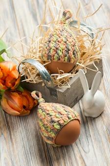 ニット帽子、チューリップ、装飾的なウサギの卵
