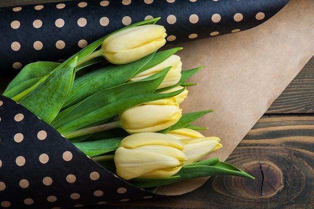 水玉クラフトエンベロープの黄色のチューリップ