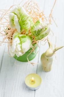 緑のチューリップと装飾的なバニー