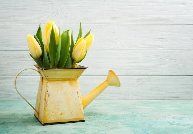 Весенние тюльпаны в желтой лейке