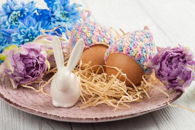 ニットの帽子、花、装飾的なウサギの卵