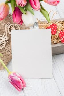 空白のカードとピンクのチューリップの花束