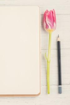 ノートブック、鉛筆、チューリップを開く