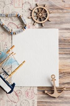 モックアップ、空の紙のメモ、ボート、切手