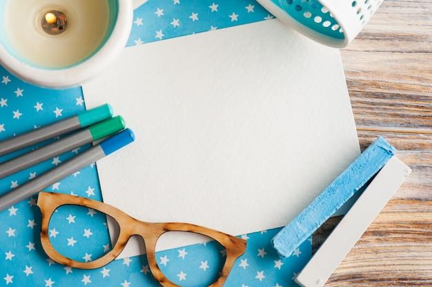 カラフルな鉛筆のセットを持つ青白い星テーブルデスク