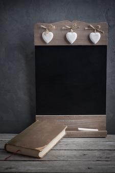 古い本と木製の黒板