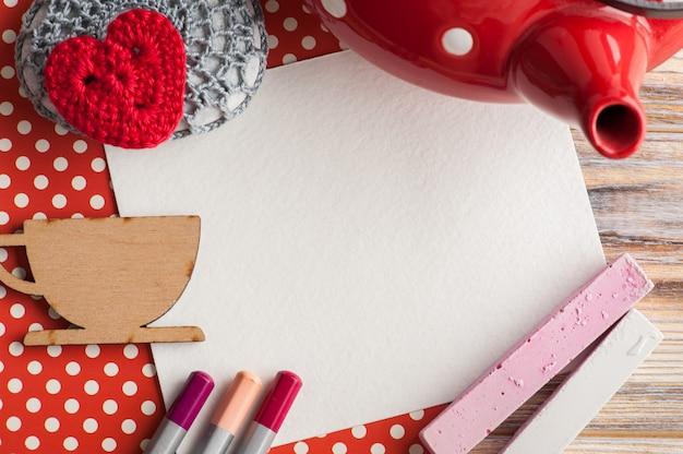 カラフルな鉛筆のセットを持つ赤白の水玉デスク