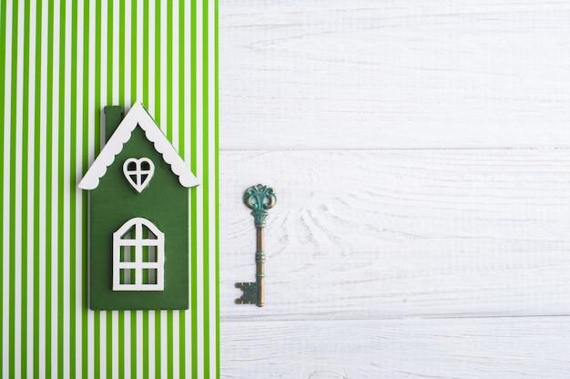 緑の木造住宅とキー