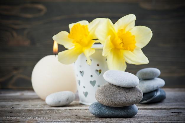 小石と黄色の花のバランス