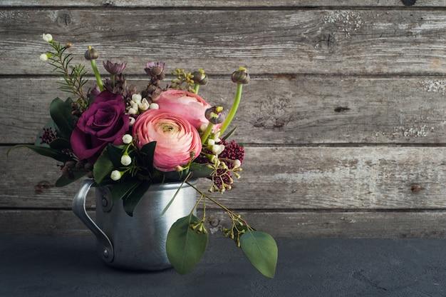 Цветочная композиция из роз и лютика
