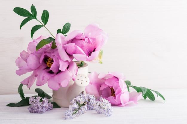 Пионы и сиреневые цветы