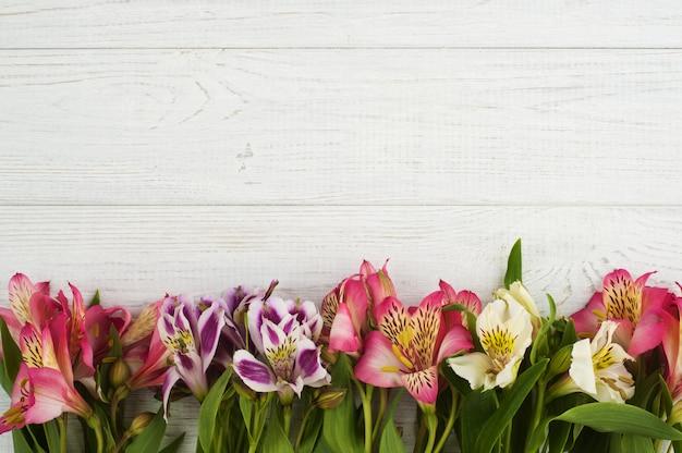 木製の背景に花の装飾