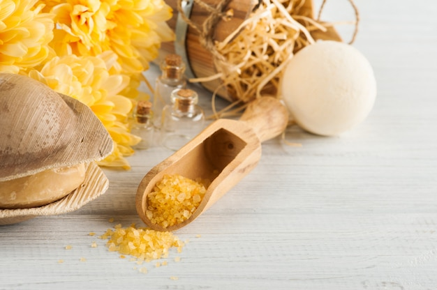 黄色のデイジーの花、コスメティックスのスパ設定